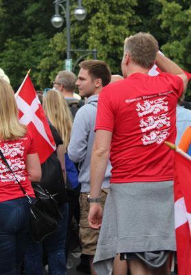 """Teilnehmer beim CSD Berlin mit T-Shirt-Aufdruck """"Königlich dänische Botschaft"""". Foto: Helga Karl"""