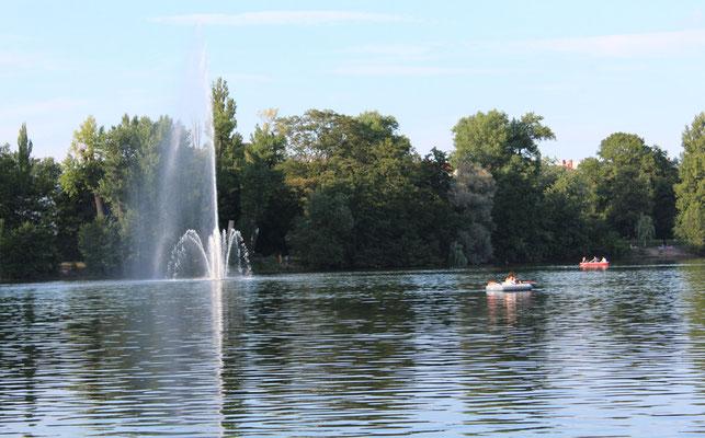 Die schwimmende Wasserfontaine und Ruderboote im Weißen See Berlin. Foto: Helga Karl
