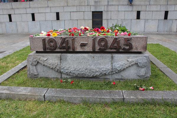 """Steinplatte """"1941-1945"""" voll Blumen über die Inschrift """"Wir werden unsere Helden nicht vergessen"""". Sowjet. Ehrenmal Berlin. Foto: Helga Karl am 9.Mai 2013"""