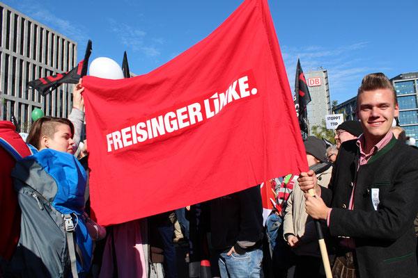 "Ein junger Bayer zeigt großes Transparent ""Freisinger LINKE"". Großdemo gegen TTIP in Berlin. Foto: Helga Karl 10.10.2015"