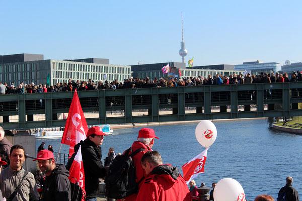 Voll Menschen, die Brücke über Spree zwischen Hauptbahnhof und Regierungsviertel. Großdemo Stop TTIP Berlin am 10.10.2015.  Foto: Helga Karl