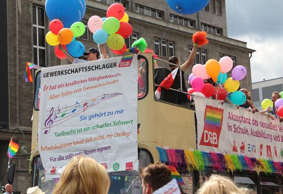 """Wagen beim CSD Berlin des DGB mit Luftballon und Musik, """"Gewerkschaftsschlager"""". Foto: Helga Karl"""
