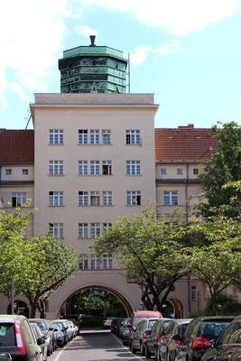 Der Atelierturm - südlicher Eingang zur Gartenstadt Ceciliengärten. Foto: Helga Karl