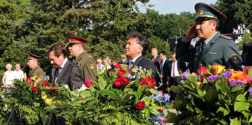 Die Botschafter Russlands und der GUS-Staaten verneigen sich / salutieren vor den Kränzen ihrer Länder. 22.Juni 2016 Sowjetisches Ehrenmal Berlin. Foto: Helga Karl