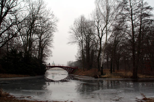 Die Rote Brücke im Schlosspark Charlottenburg im Februar. Foto: Helga Karl