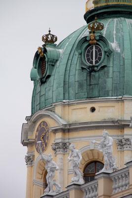 Kupferbedeckte Kuppel mit Kronen über den Turmfenstern, Turm Schloss Charlottenburg. Foto: Helga Karl