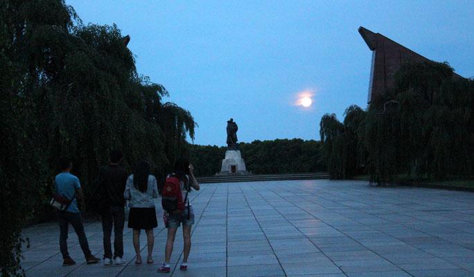 Der Mond ist aufgegangen. Sowjetisches Ehrenmal Treptow, nachts 20.6.2016. Foto: Helga Karl