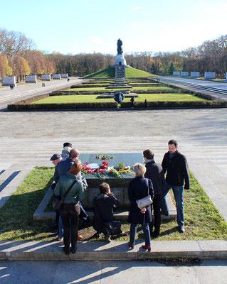 Menschengruppe vor der zerstörten Steinplatte Sowjetisches Ehrenmal Berlin Treptow. Foto: Helga Karl 8.Nov.2015