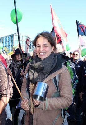 """Eine lächelnde junge Frau bei der Demonstration """"Für einen gerechten Welthandel"""". Foto: Helga Karl"""