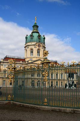 Schloss Charlotten mit vergoldeten Gittern zur Einzäunung des Ehrenhofs. Foto: Helga Karl