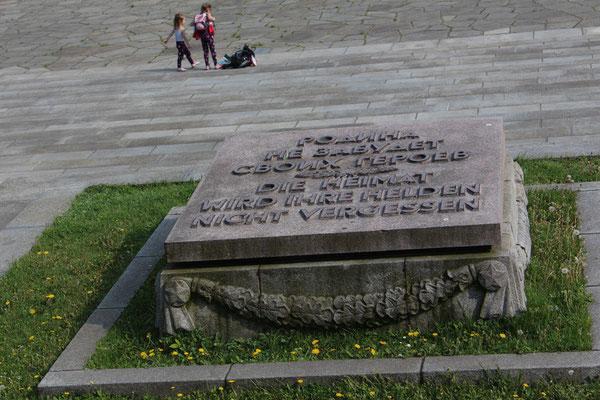 """Sowjetisches Ehrenmal Berlin-Treptow: Steinplatte mit Inschrift """"Die Heimat wird ihre Helden nicht vergessen"""". Foto: Helga Karl"""