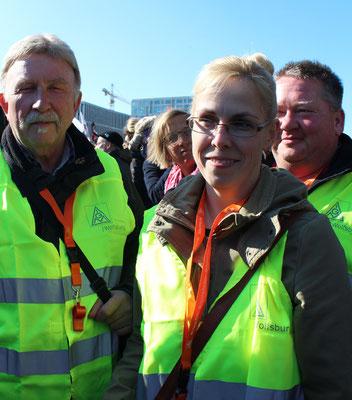 IG MetallerInnen aus Wolfsburg mit grünen Westen. Großdemo Stop TTIP Berlin.  Foto: Helga Karl 10.10.2015