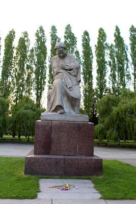 Statue Mutter Heimat im Frühling im Sowjetischen Ehrenmal im Treptower Park. Foto: Helga Karl