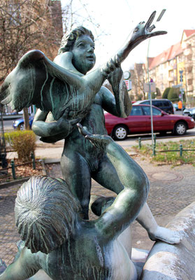 Skulptur am Adam Kuckhoff-Platz. Foto: Helga Karl