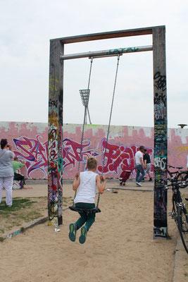 Künstler bemalen die Wand im Mauerpark Berlin. Foto: Helga Karl