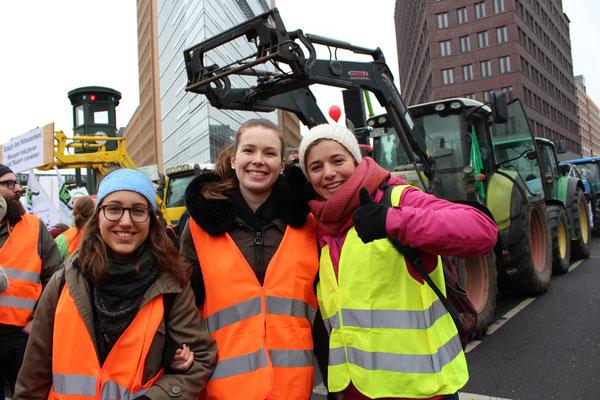 """Zwei der drei fröhlichen Derndl (junge Frauen) kommen aus Bayern. Demo """"Wir haben es satt!"""" in Berlin. Foto: Helga Karl"""