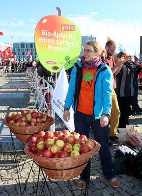 Körbe voll Bio-Äpfel zur Stärkung für Protest. Großdemo Stop TTIP Berlin.  Foto: Helga Karl 10.10.2015