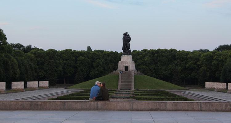 Abends Sowj. Ehrenmal Treptow - ein Paar küsst sich, Blick auf Hügel mit Soldat mit Kind. Foto: Helga Karl 20.6.2016