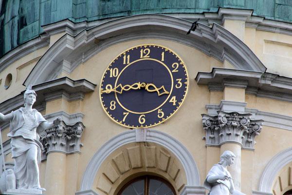 Uhr am Kuppelturm Altes Schloss Charlottenburg. Foto: Helga Karl