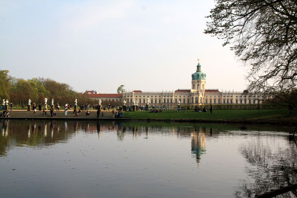 Schloss Charlottenburg im Frühling - Blick vom Karpfenteich Foto: Helga Karl