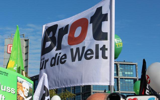 """Großes Transparent """"Brot für die Welt"""". Großdemo Stop TTIP Berlin am 10.10.2015.  Foto: Helga Karl"""
