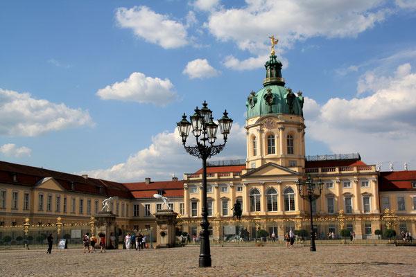 Schlossanlage Charlottenburg vom Süden mit dem Alten Schloss und linkem Flügel. Foto: Helga Karl