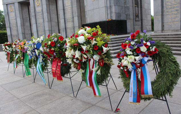"""Kränze am """"Tag der Trauer"""" 22.Juni vor dem Sowjetischen Ehrenmal Tiergarten, Botschaften GUS-Staaten, Botschaft Italiens, Parteivorstand Die Linke. Foto: Helga Karl"""