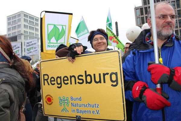 """Ein Mann mit Schild """"Regensburg"""" (Bayern) bei der Demonstration in Berlin während der IGW am 21.Januar 2017. Foto: Helga Karl"""