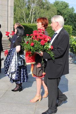 Wolfgang Gehrcke, Mitglied des deutschen Bundestags, legt für die Fraktion Die Linke im Bundestag ein Blumengebinde aus Roten Nelken nieder. Foto: Helga Karl 22.6.2016