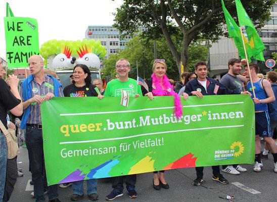 CSD Berlin 2015: Strahlende Grüne Volker Beck und die Bundesvorsitzende Simone Peter. Foto: Helga Karl
