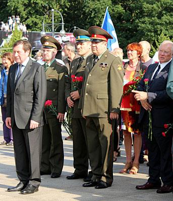 Vorne links der Botschafter Russlands in Deutschland Wladimir M. Grinin vor den Kränzen am Sowjetischen Ehrenmal 22.Juni 2016. Foto: Helga Karl
