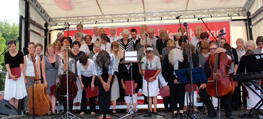 Der Hanns-Eisler-Chor verneigt sich. Gedenk-Veranstaltung am 22.Juni 2016 vor dem Sowjetischem Ehrenmal Berlin. Foto: Helga Karl