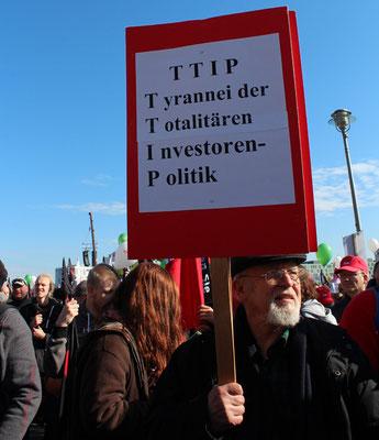 Plakat: TTIP Tyrannei der Totalitären InvestorenPolitik bei Demo gegen TTIP. Foto: Helga Karl