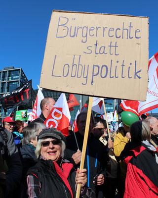 "Frau mit Plakat ""Bürgerrechte statt Lobbypolitik"". Großdemonstration gegen TTIP in Berlin. Foto: Helga Karl"