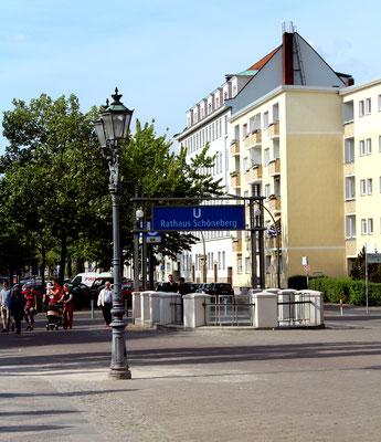 Eingang U-Bahn-Station Rathaus Schöneberg in den Rudolp-Wilde-Park. Foto: Helga Karl