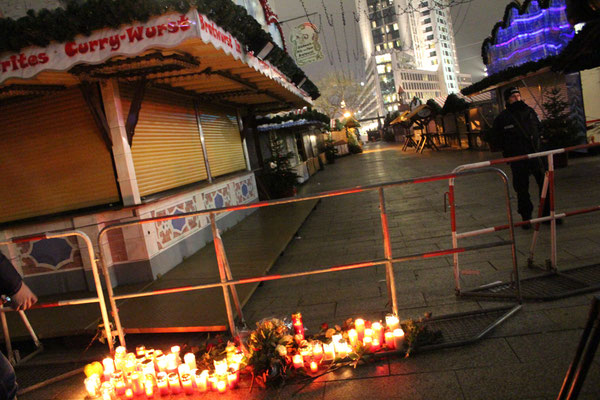 Hier starben durch den Terroranschlag 12 Menschen. Abgesperrter Teil Weihnachtsmarkt #Breitscheidplatz. Foto: Helga Karl 20.12.2016