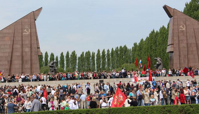 Sowjetisches Ehrenmal in Treptow in Berlin voll Menschen am 9.Mai 2015. Foto: Helga Karl
