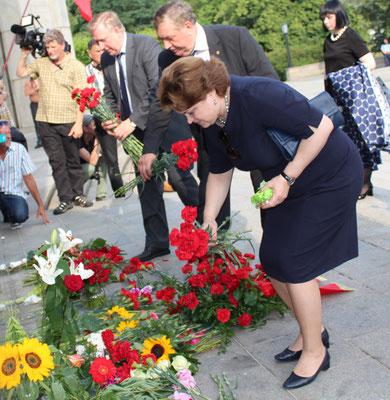 """Ein Frau legt am """"Tag der Trauer"""", 75.Jahrestags des Überfalls von Nazi-Deutschland auf die Sowjetunion, Blumen am Sowjetischen Ehrenmal nieder. Foto: Helga Karl 22.6.2016"""