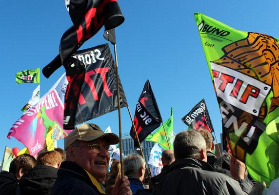 Menschen und Fahnen BUND. Großdemo Stop TTIP Berlin.  Foto: Helga Karl 10.10.2015