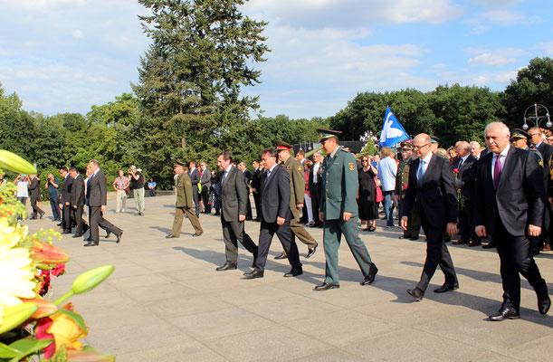 """Der russische Botschafter in Deutschland Grinin eröffnet den Gang zu den Kränzen. Am """"Tag der Trauer"""" 22.6.2016 Sowjetisches Ehrenmal Berlin. Foto: Helga Karl"""