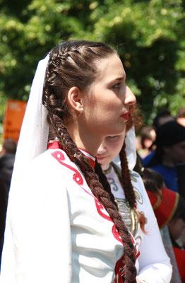 Frau mit langem Haarzopf in Tracht. Karneval der Kulturen Berlin. Foto: Helga Karl