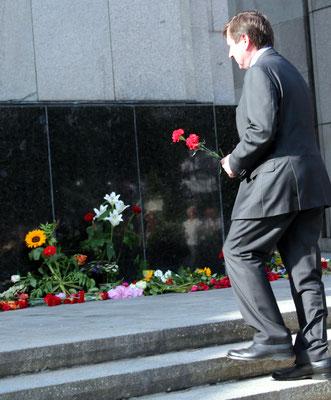 Der Botschafter der Russischen Föderation in Deutschland Wladimir Grinin steigt mit Roten Nelken in der Hand die letzten Stufen Sowjetisches Ehrenmal hoch. Foto: Helga Karl 22.Juni 2016