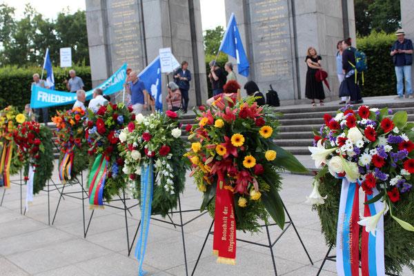 """Friedensfahnen und Kränze am """"Tag der Trauer"""" 22.Juni Sowj. Ehrenmal. Links """"Bundesregierung Deutschland"""", rechts """"Botschaft der russ. Föderation"""". Foto: Helga Karl"""