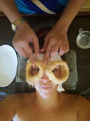 Augentreatment mit Öl oder Ghi