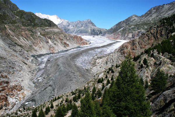 2010 Gletscher mit dem Bergrücken rechts