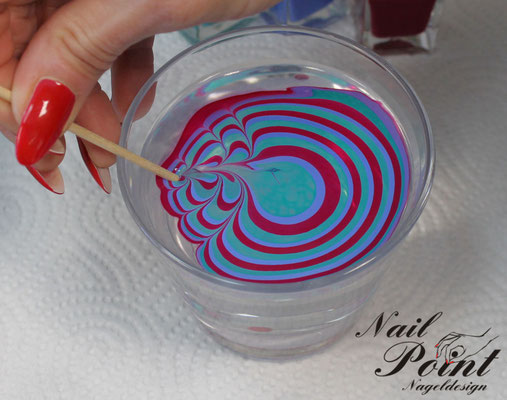 Tip kopfüber auf das ausgewählte Muster drücken. Rest des Musters an der Oberfläche entfernen, am besten mit einem Zahnstocher und den Tip aus dem Wasser nehmen.