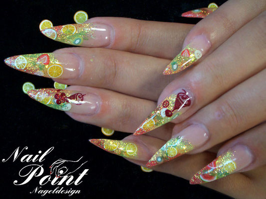 Fertig sind die Tutti Frutti Nails.