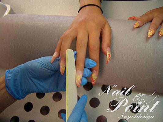 Die Nägel werden in Form gefeilt.