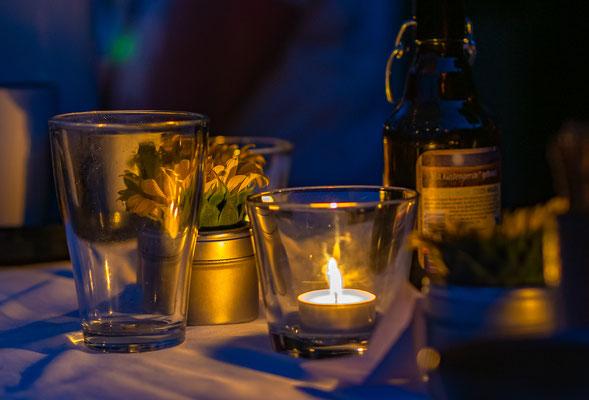 Tisch bei Nacht
