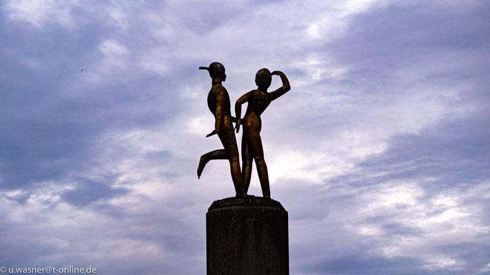 """""""Das tanzende Paar"""" - Statue auf dem Hermannplatz"""